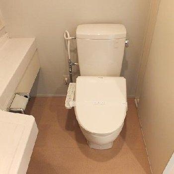 トイレはお風呂のとなり。※写真は別部屋です