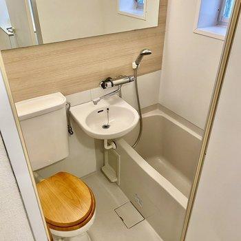 お風呂は3点ユニット。トイレの感じも素敵です。