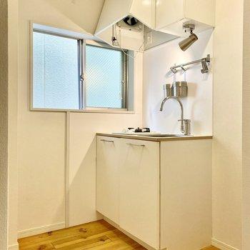 キッチンスペースは約3J。ここにも小窓がありますよ。