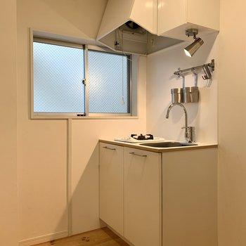 キッチンは横に窓があって明るさもgood!