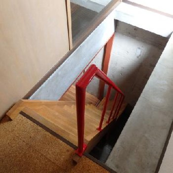 玄関を入ると右手に地下への入り口があります。