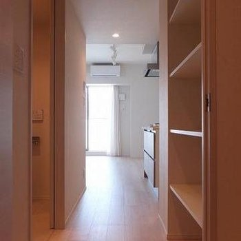 玄関とお部屋の間に扉があります!