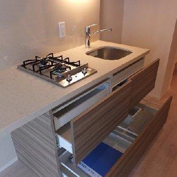キッチンは作用スペースたっぷりで使い勝手よさそうです。