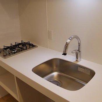 2口で、作業スペースもある使いやすそうなキッチン。※写真は別部屋