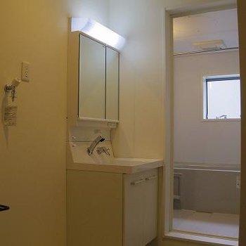 洗濯機はトイレ横に。ここが脱衣所にもなります。