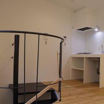 階段を上がってきてすぐがキッチン。