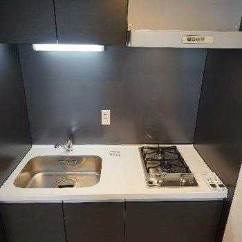 キッチンはコンパクトですが収納あり!