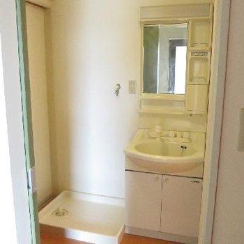 右にトイレ、左にお風呂。