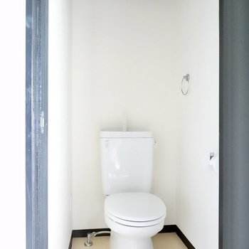 トイレも同じくシンプルですが、ウォシュレットが後付けできます。