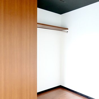 右側はオープンなクローゼット。左に見える扉を引くと……