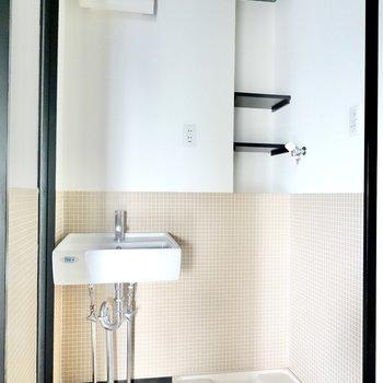 タイル張りの脱衣所が可愛らしいんです!洗濯機置場の上には小さな棚も。