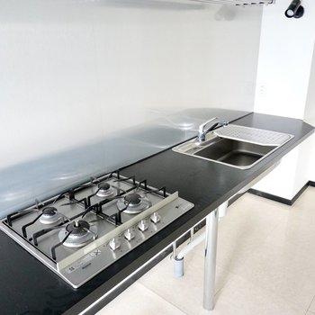 コンロはなんと4口!シンクはボード付きで洗い物も食材の下処理もラクになります。