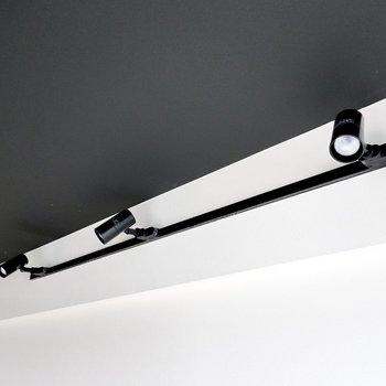 照明は黒いライティングレール。天井も黒いアクセントクロスでシックで締まった大人の雰囲気。