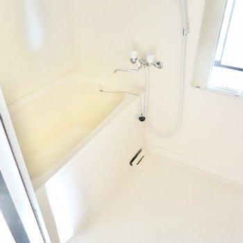 浴室は機能自体はシンプルですが綺麗そのもの。収納ラックも付いています。