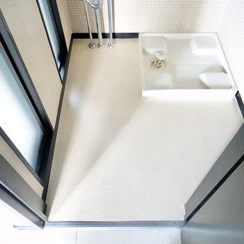 脱衣スペースもたっぷり。半透明のガラスが廊下から光を通してくれて開放感もあります。