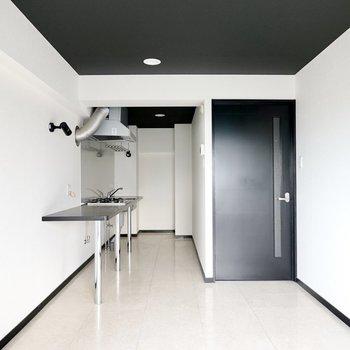 玄関側にはざっくりとしたラフなキッチンが……!