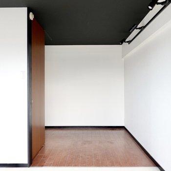 奥まったスペースは寝室として使えそう。大きな収納も備え付けられています。