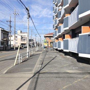 建物の前は歩道。静かで穏やかな街並みです。