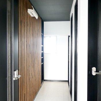 廊下の壁は木製のルーバー!間接照明もあり、まるでホテルのロビー。