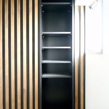 靴箱はルーバー側に。棚の高さを変えられます。