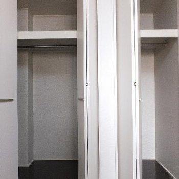 こちらは玄関横、6帖のお部屋の収納です。