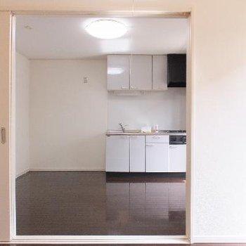お隣のお部屋から。スライドドアなので、開けっ放しにして広々と使うこともできます。