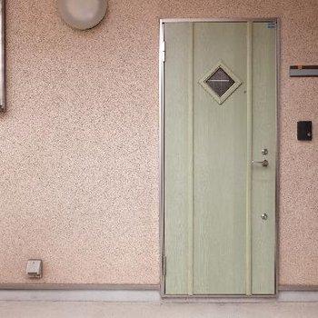玄関ドアが可愛らしいですね。
