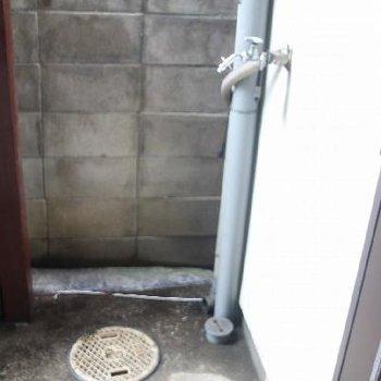 玄関外の洗濯機スペース