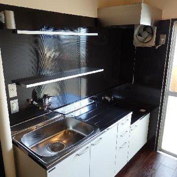 キッチンもキレイですがちょっとレトロなのが良い。