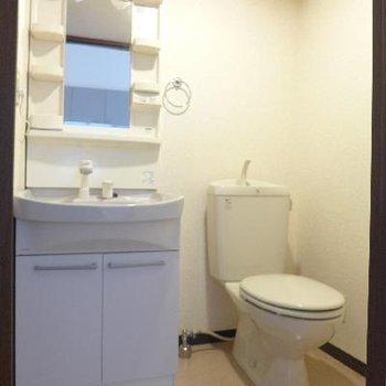 トイレと洗面台が隣。