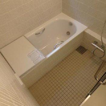 ガラス戸の在来浴室。