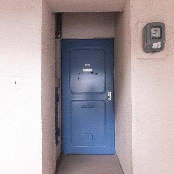 玄関ドアはブルーです。※写真は前回募集時のものです