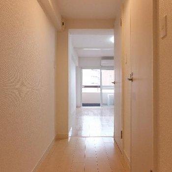 玄関から細長い廊下。正面がLDKです。※写真は前回募集時のものです