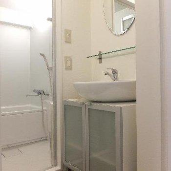 洗面台はボウルもミラーもなんだか可愛らしいです。※写真は前回募集時のものです