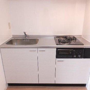 キッチンは2口でグリルも付いています。※写真は前回募集時のものです