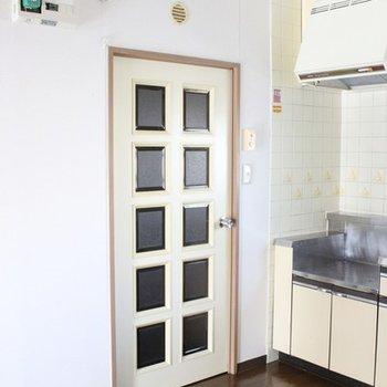 玄関と水回りに向かう扉