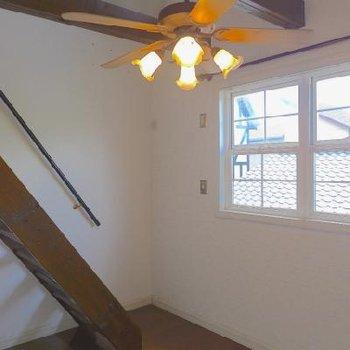 6帖の洋室。さらに屋根裏に続きます