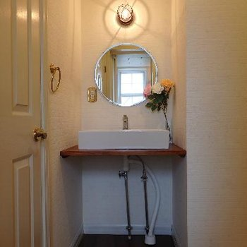 輸入物の洗面台に丸鏡。レトロなランプも良いですね!