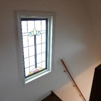 3階・屋根裏。ステンドグラスがお出迎え。