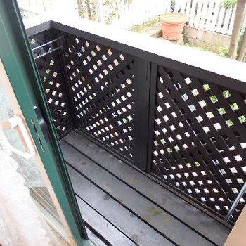 黒塗装したウッドデッキのテラス