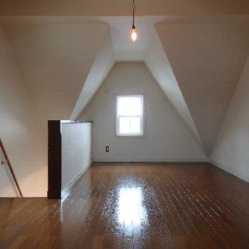 12帖!広い!隅はトンガリ屋根で下がっていますが、天井もそこまで低くないです
