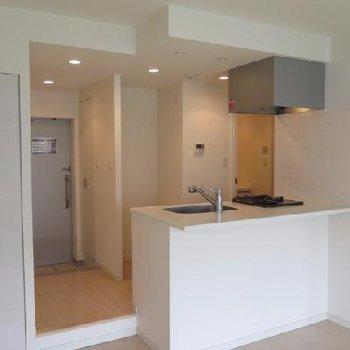 明るく開放的なオープンキッチン