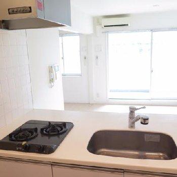 キッチン下収納、キッチン裏に冷蔵庫置場はありますが食器棚のなど置くスペースは厳しそう