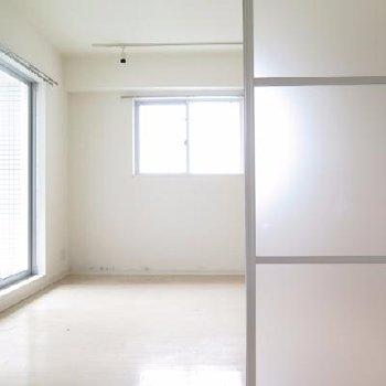 このようにリビングと寝室を明るく仕切ることができます(写真は半分閉めた状態です)