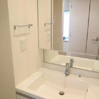 洗面台の隣のスペースが洗濯機置き場です