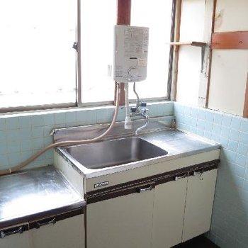 レトロ感のある水色タイルのキッチン。