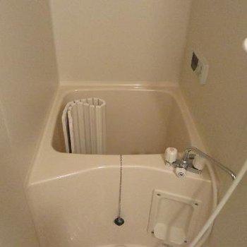 お風呂はコンパクトですね、