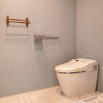 ブルーのクロスがオシャレなトイレ※写真は別部屋です