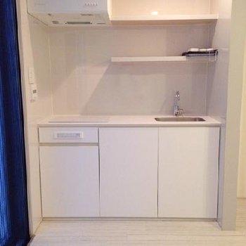 キッチンは棚が多くて使いやすそうですね。※写真は別部屋です