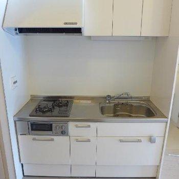 キッチンは2口ガスコンロ、グリル付き!